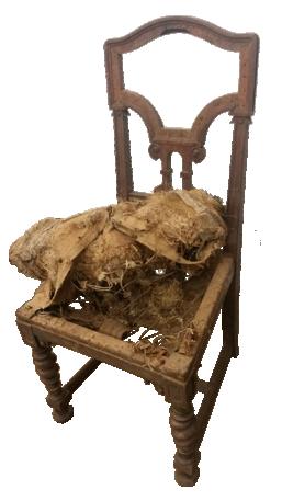 Alter Stuhl, der beschädigt ist