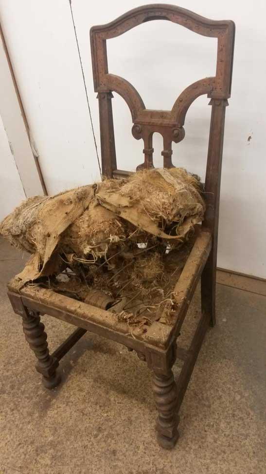 Antiker Stuhl beschädigt