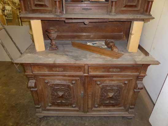 Antikes Möbelstück aus der Gründerzeit beschädigt