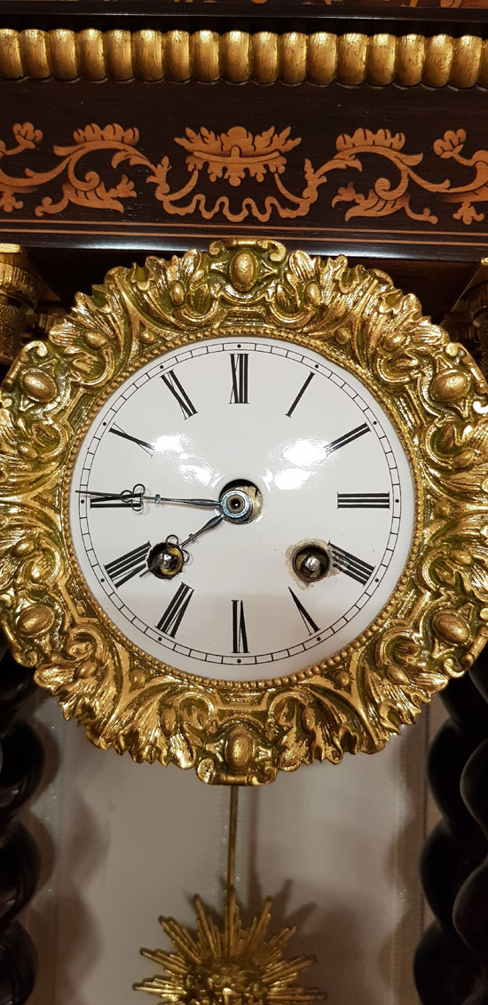 Portaluhr mit Intarsien Uhrwerk