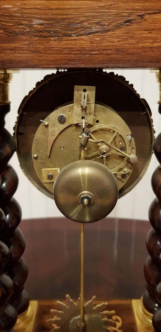 Portaluhr mit Intarsien Uhrwerk von hinten